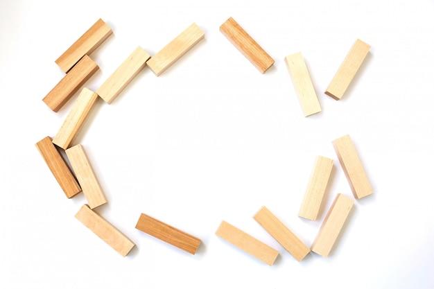 Palos de madera de un juego popular sobre un fondo blanco aislado con espacio libre para inscripciones en el medio