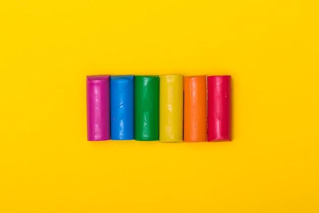 Palos de plastilina de color arco iris