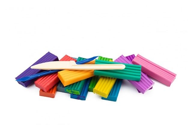 Palos de plastilina de colores sobre la superficie blanca