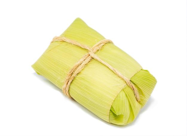 Pamonha, maíz dulce brasileño envuelto en paja seca, hecho para fiestas rurales de junio, espacio de copia