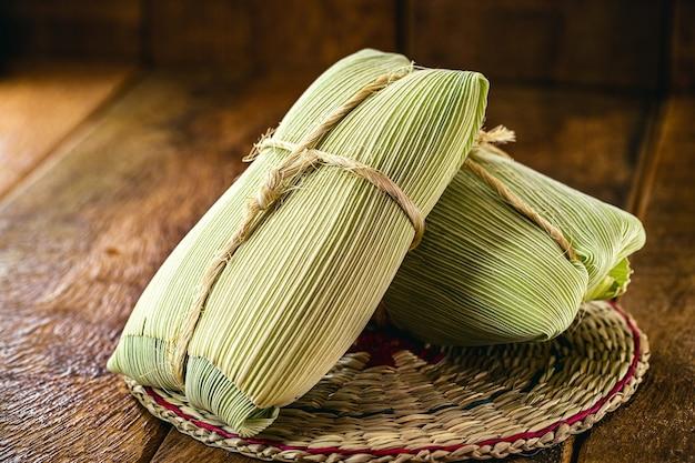 Pamonha, maíz dulce brasileño envuelto en paja seca, hecho para fiestas rurales de junio
