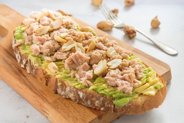 Pan con aguacate, atún y maní