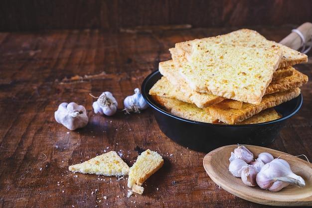 Pan de ajo crujiente en una mesa de madera