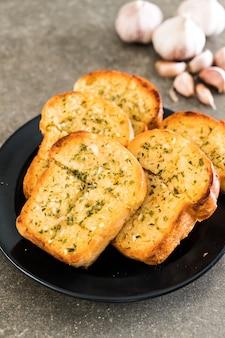 Pan de ajo en un plato