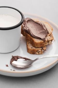 Pan de alto ángulo con crema de chocolate