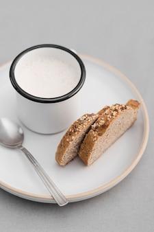 Pan de alto ángulo y leche