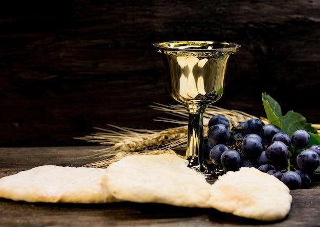 Pan amargo, vino, uvas y trigo, símbolo de la comunión cristiana