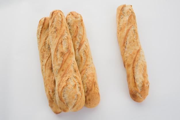 Pan baguette francés aislado
