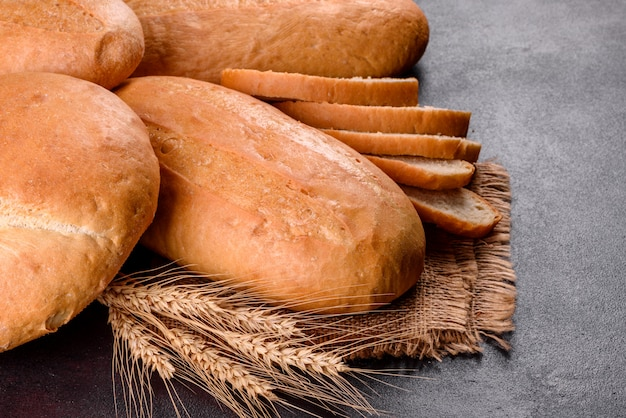 Pan blanco recién horneado. pan tradicional recién horneado