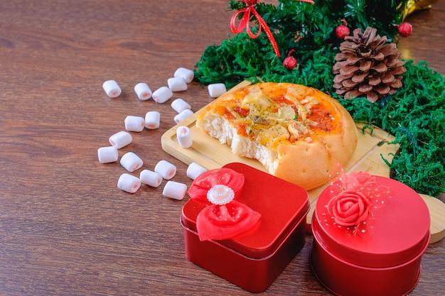 Pan y caja de regalo roja con árbol de navidad en un árbol de navidad