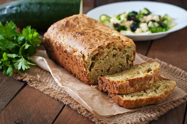 Pan de calabacín con queso sobre una superficie de madera