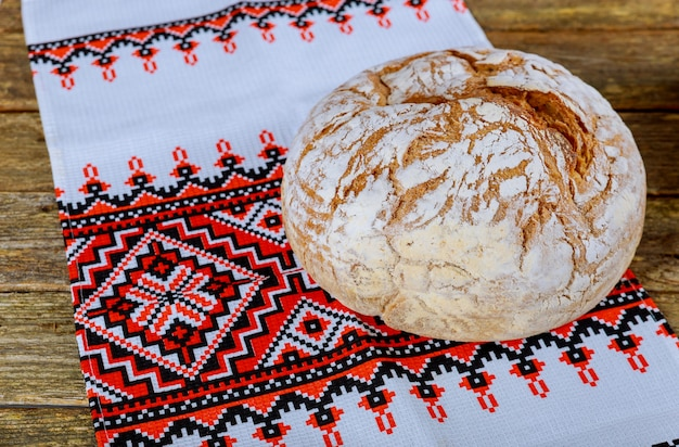 Pan casero en bordado ucraniano una mesa de madera.
