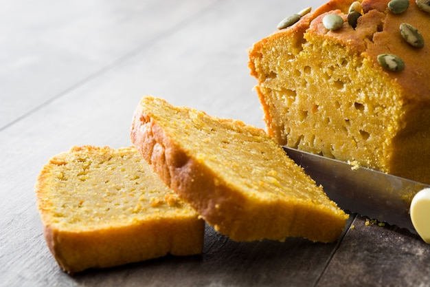 Pan casero de calabaza en mesa de madera.