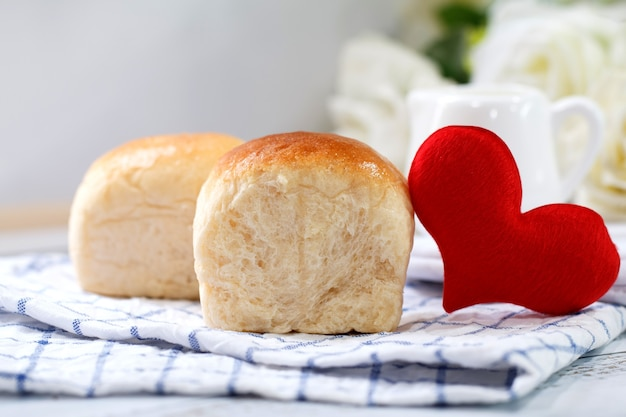 Pan casero fresco sobre fondo blanco de mesa con servilleta.