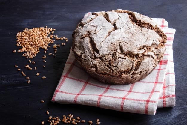 Pan casero sin levadura con centeno integral y granos de trigo.