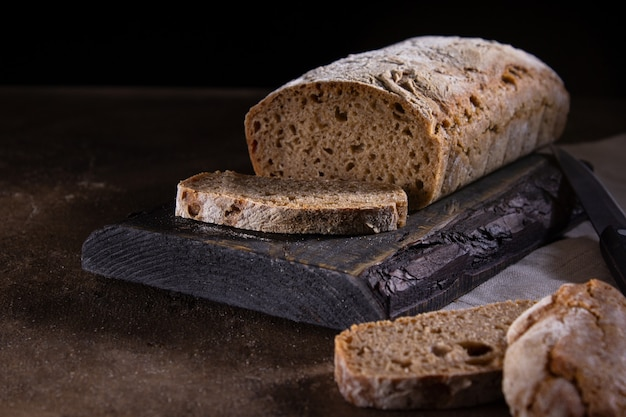 Pan casero sobre un fondo oscuro comida sana saludable desayuno fresco vegetariano