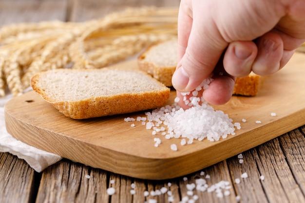 El pan de centeno se corta en pedazos en una tabla de cortar