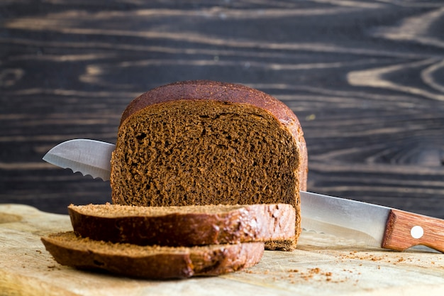 Pan de centeno negro recién horneado