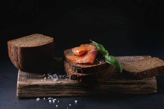 Pan de centeno con salmón ahumado.