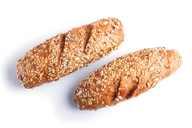 Pan de centeno con semillas de girasol, sésamo y lino aislado en blanco.