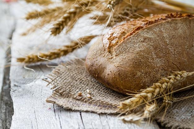 Pan, centeno, trigo, fondo de madera rustica.