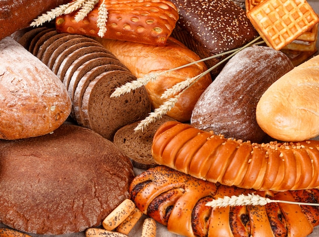 Pan de centeno y trigo recién horneado sobre la mesa
