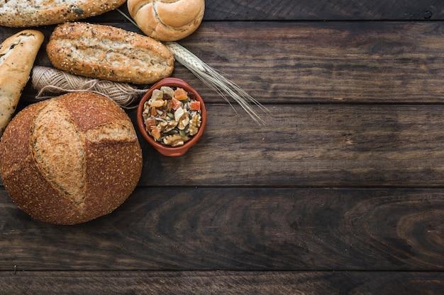Pan cerca de la cuerda y nueces