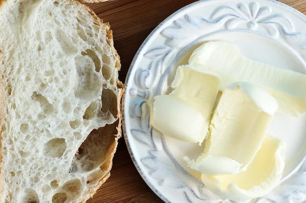Pan de chapata y mantequilla en rodajas