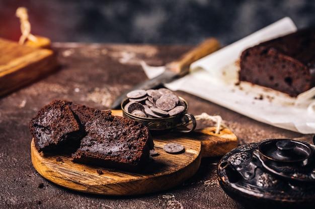 Pan de chocolate servido sobre tabla de madera