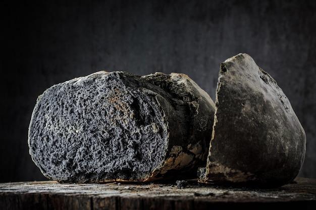Pan de color negro inusual sobre un fondo oscuro.