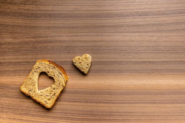 Pan con corte en forma de corazón y corazón de pan