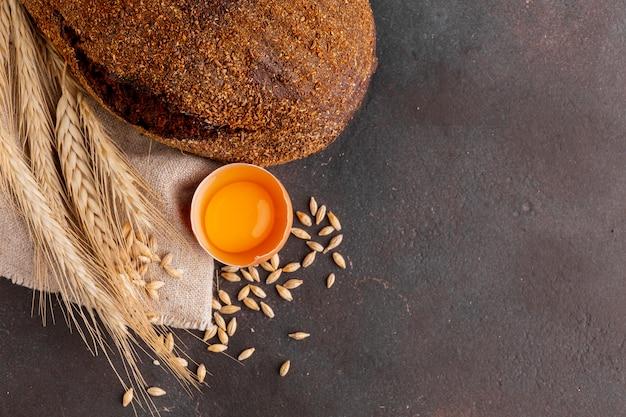 Pan crujiente con huevo y semillas de trigo