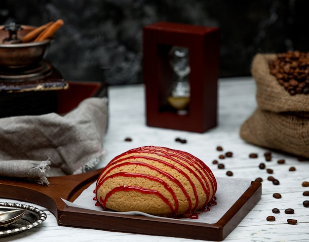 Pan cubierto con mermelada en el escritorio