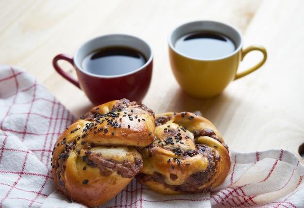 Pan danés y café negro.