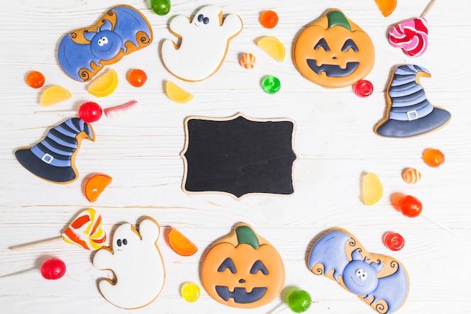 Pan de jengibre oscuro de halloween entre dulces