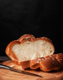 Pan dulce casero sobre fondo oscuro del espacio de la copia