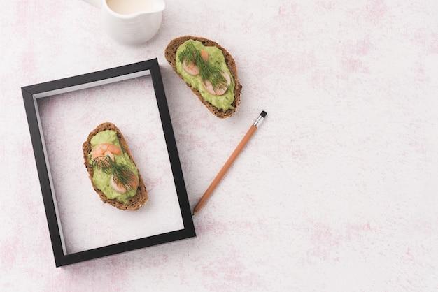 Pan de espacio con marco y lapiz.
