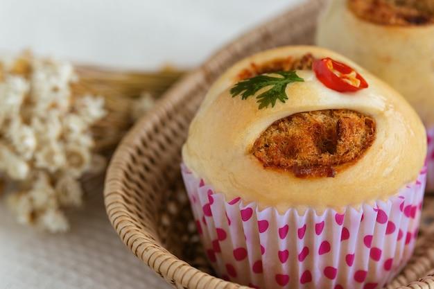 Pan de estilo tailandés o panecillo con carne de cerdo deshebrada o rallada y pasta de chile asado con camarones.