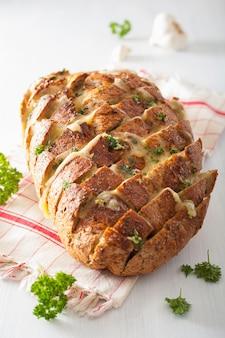 Pan de fiesta al horno con mantequilla de queso fundido
