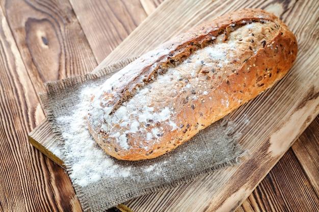 Pan en el fondo de madera
