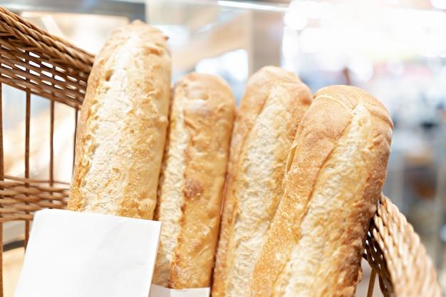 Pan francés en una cesta