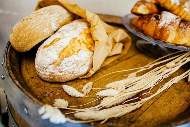 Pan fresco y croissant en la panadería