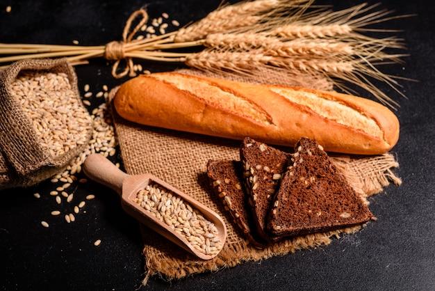 Pan fresco fragante con granos y conos.