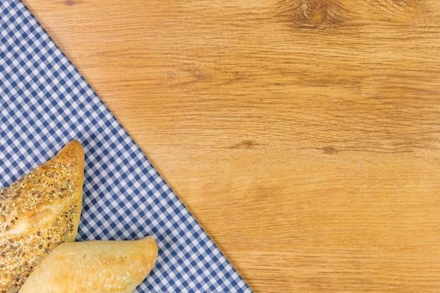 Pan fresco en la mesa de madera. vista superior con espacio de texto.