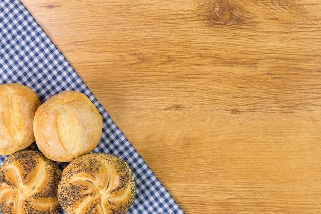 Pan fresco en la mesa de madera. vista superior con espacio para el texto.