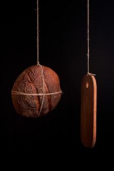 Pan fresco redondo con una mesa de cocina sobre un fondo negro. la t de comida casera