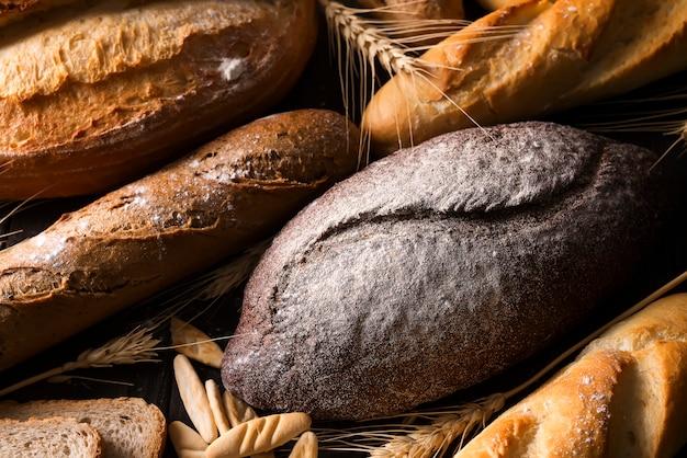 Pan fresco y trigo en la madera.