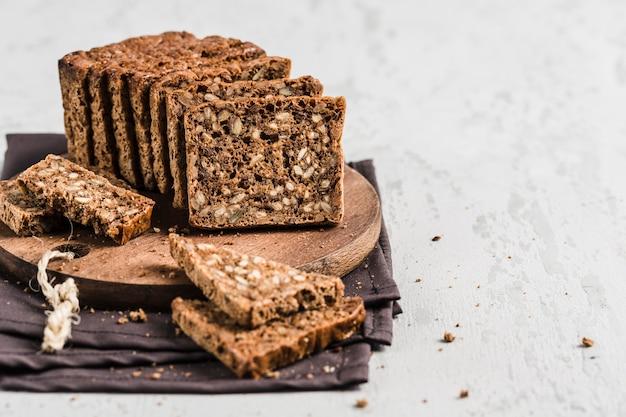 Pan sin gluten con avellanas y semillas de lino sobre tabla de madera