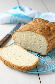 Pan sin gluten casero en rejilla de metal azul.