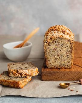 Pan sin gluten de trigo integral con semillas de lino girasol semillas de chia vista lateral de sésamo con espacio de copia